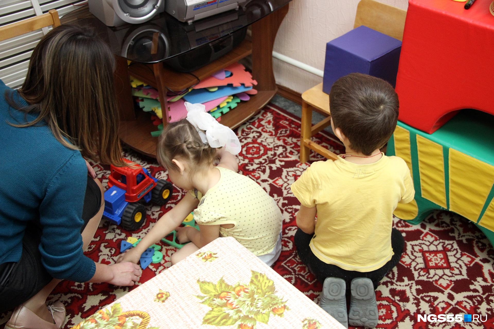 Днём, когда большинства родителей нет, гостиница больше напоминает детский сад