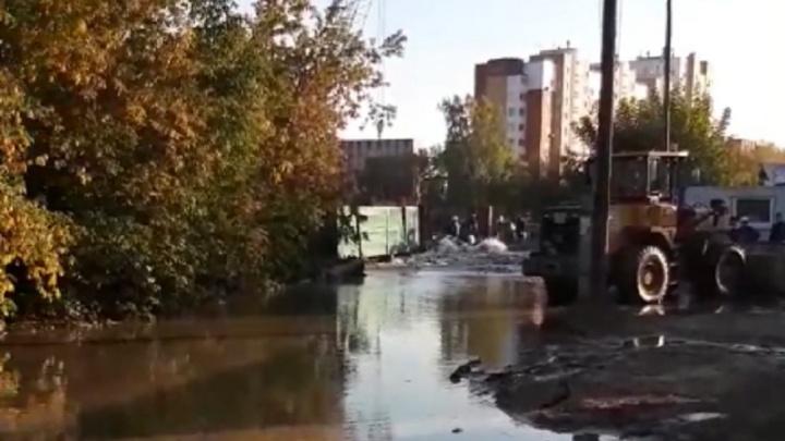 Из-за аварии на трубопроводе у бывшего совмещенного моста без воды могут остаться десятки домов
