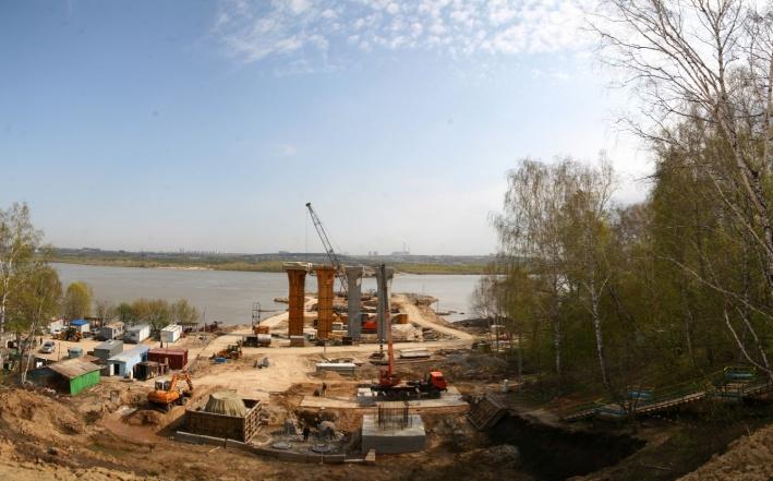 Строить Бугринский мост начали в феврале 2010 года, но его возведение обсуждали ещё в 1980-е: сначала стройке помешал развал СССР, потом дефолт. К проекту вернулись ближе к концу 2000-х годов. Инициаторы строительства надеялись освободить центр Новосибирска от транзитного транспорта, разгрузить Октябрьский и Димитровский мосты, а заодно проложить новую дорогу от Первомайки и Академгородка к аэропорту «Толмачёво»