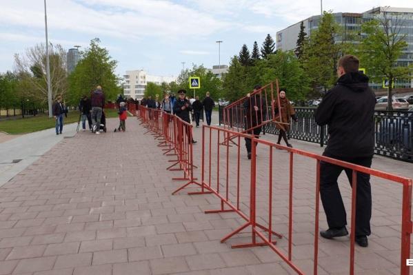 Сквер вчера был огорожен красным забором
