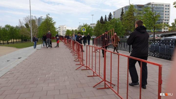 Мэр Екатеринбурга объяснил, откуда взялось красное ограждение вокруг всего сквера у Театра драмы