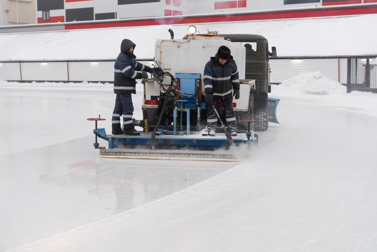 Специалисты регулируют ход ножа и отбрасывают со шнеков срезанный лед, чтобы он не мешал