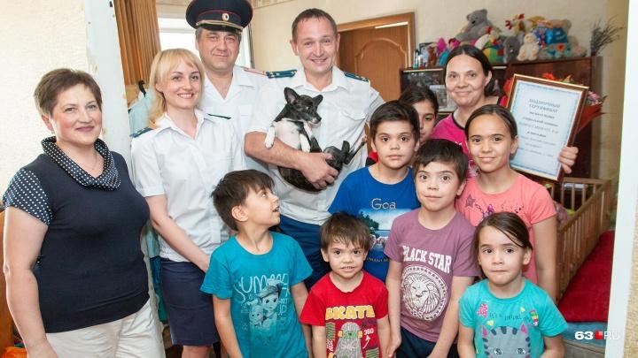 «Скинулись и купили»: прокурор и глава отдела полиции наведались к маме девятерых