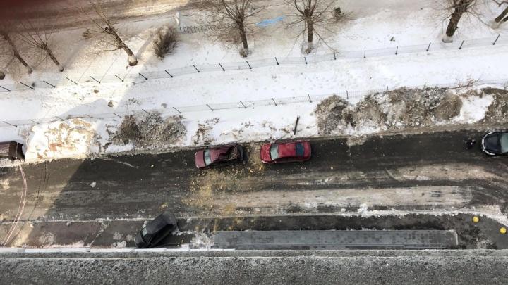 На ВИЗе кусок стены высотки рухнул с 14-го этажа на припаркованные машины