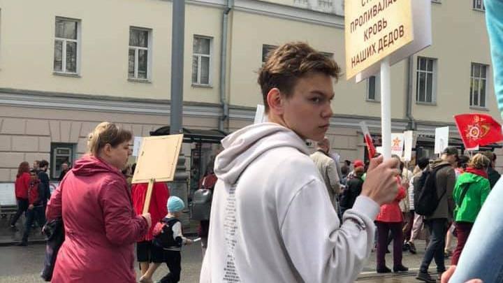Екатеринбуржец из «Бессмертного полка» перессорил половину страны из-за спорного транспаранта