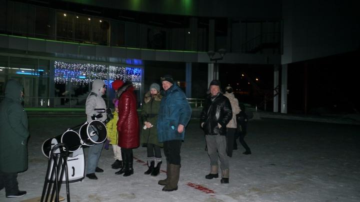 Тепло одетые новосибирцы рассмотрели в телескопы редкое астрономическое явление