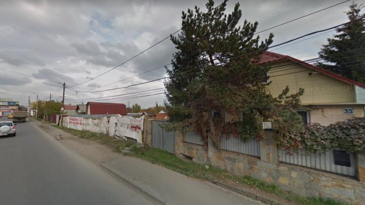 Въехал в забор: в Челябинске погибла пассажирка кабриолета, водитель ранен