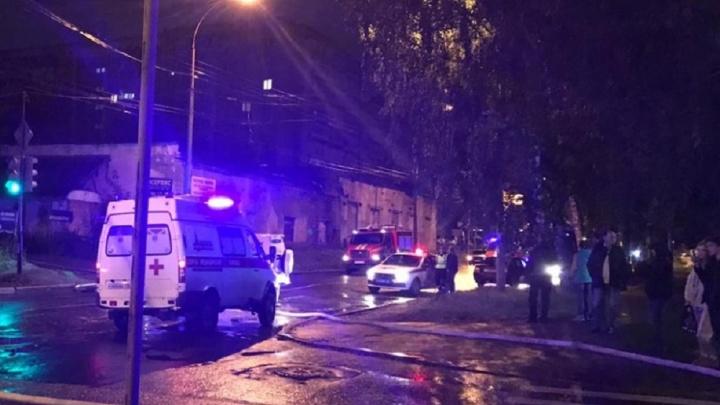 В центре Екатеринбурга два человека попали в больницу из-за сгоревшего в подъезде мусора