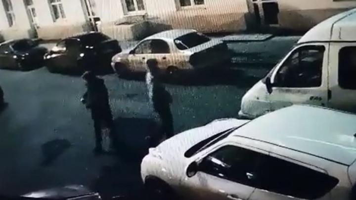 В капюшонах и медицинских масках: появилось видео, как уктусские вандалы изрисовали машины