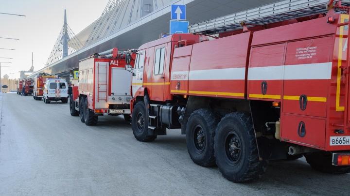 Пожарные машины и скорая в аэропорту напугали красноярцев