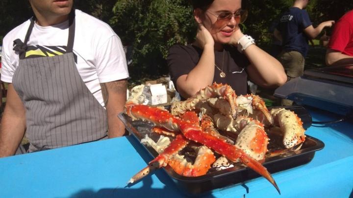 «Камчатский краб и 100 видов шаурмы»: волгоградцы стоят в очередях за едой рядом с нацфестивалем