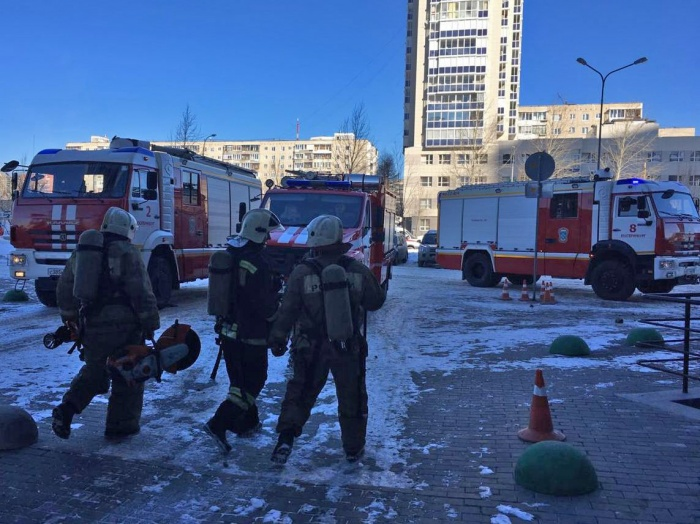 На сообщение о пожаре в 24-этажной высотке приехали 60 спасателей