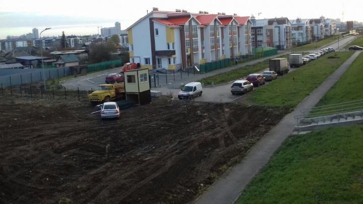 Жители Мичуринского обратились в прокуратуру из-за парковки, которую сделали на месте дороги