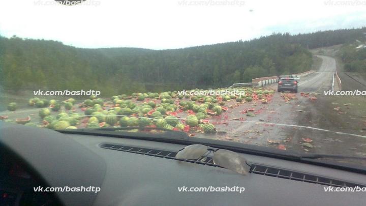Хороший арбуз на дороге не валяется: КАМАЗ с ягодами перевернулся на трассе в Башкирии