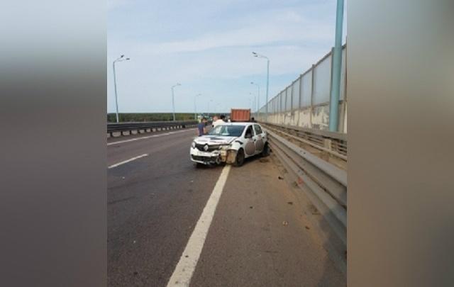 «Машины торчали в отбойнике»: такси угодило в ДТП на Юбилейном мосту