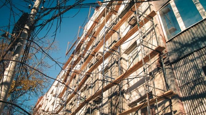 Фонтаны в квартирах, дыры в крыше и потрескавшийся фасад: капремонт разрушает дом в центре Ростова