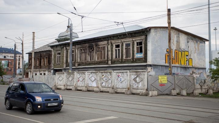 «Всё раскурочено, жили бомжи»: в центре Челябинска занялись фасадом старинного дома со шпилем