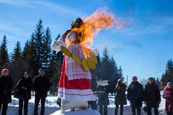 Чучело в Омске будут сжигать во второй половине дня, а накануне праздник уже прошел вДендропарке имени Павла Комиссарова