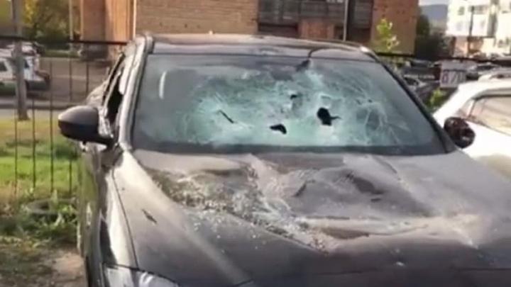 «Выскочили 4 человека с кувалдой»: известному красноярскому блогеру изуродовали автомобиль «Ягуар»