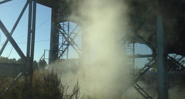 Из-за клубов пара не видно дороги: на дублёре Сибирского тракта прорвало трубу с горячей водой