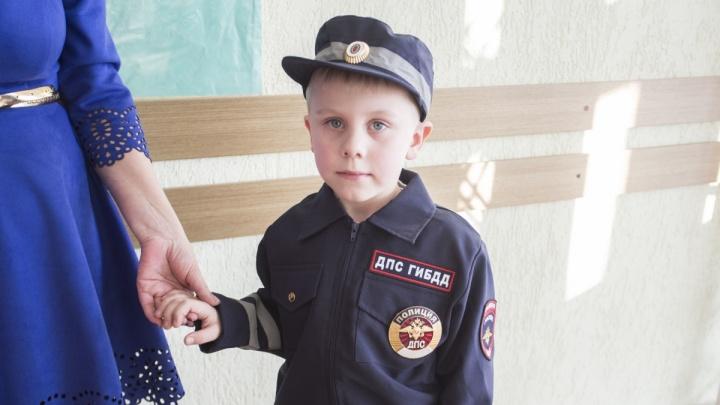Дед Мороз из ГИБДД подарил 6-летнему мальчику форму гаишника и значок