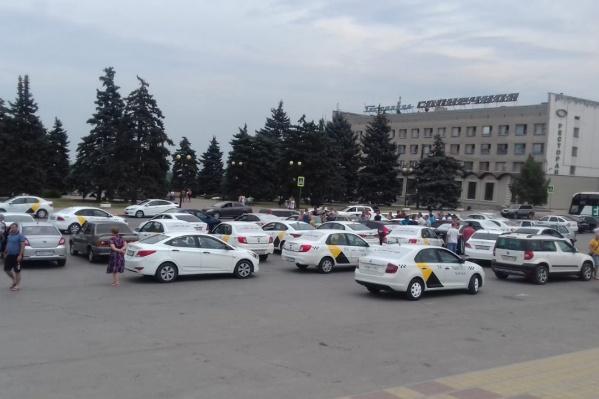 На площади перед администрацией Азова собралось 87 машин