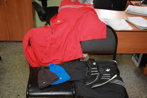 Костюмы и кроссовки продавали без документов на товар
