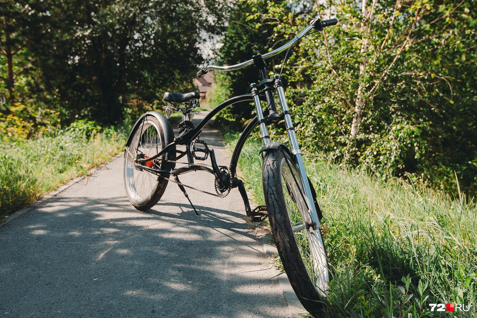 Иван собрал вот этот велосипед. На нём ездит его любимая жена Ольга