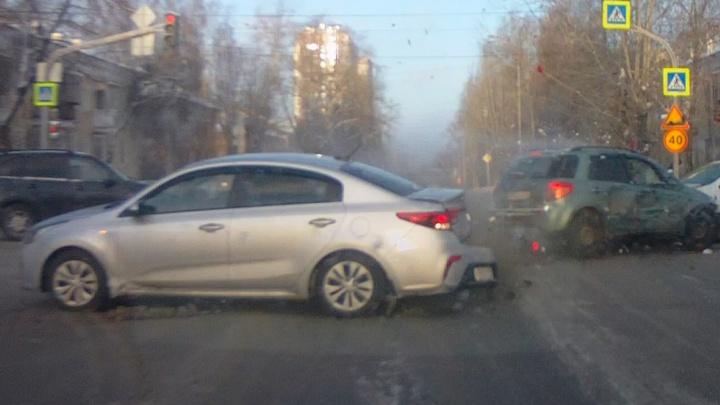 Занесло на большой скорости: авария с пятью машинами на Эльмаше попала на видео