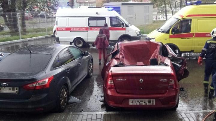 На Парковом женщина погибла, выпав из окна новой многоэтажки на автомобиль