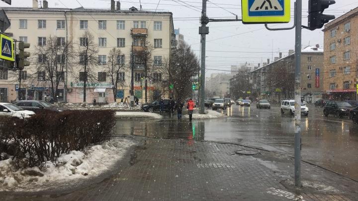 «Я слышал гром»: на Челябинск обрушился снег с первым весенним дождём