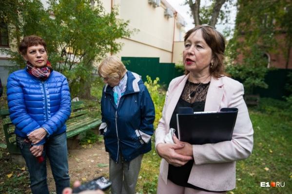 Елена Шелкова (в светлом костюме с папкой) с самого начала говорила, что она из дома не съедет