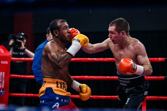 Судья был вынужден остановить бой в 9 раунде
