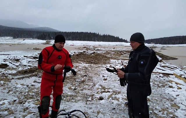 Водолазы продолжают спуски на месте гибели вахтовиков: достали 4 автомобиля