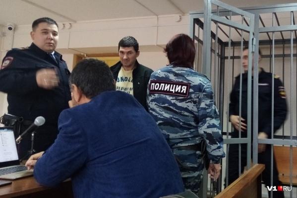 Шаталов (в желтой футболке) обвиняется по трем статьям Уголовного кодекса