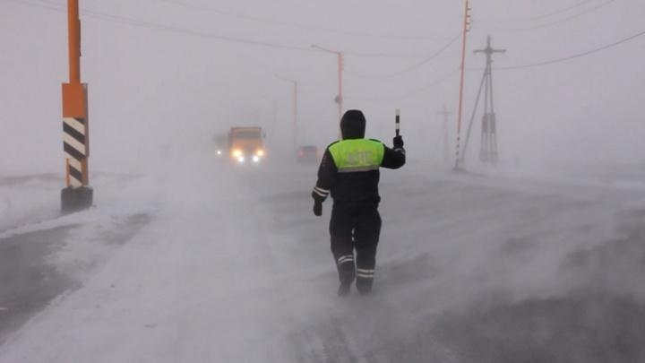Из-за черной пурги в Норильске закрыли дорогу в аэропорт: на трассе не видно транспорта и пешеходов