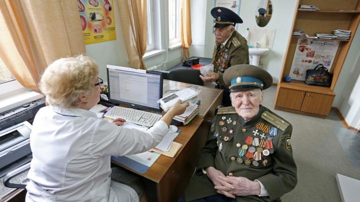 «У терапевта на них нет времени»: в челябинской поликлинике выделили врача для пожилых пациентов