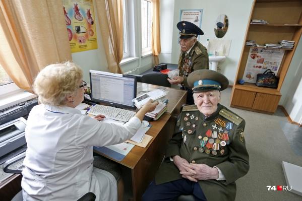 На приём к гериатру в поликлиникена проспекте Победы, 376в сегодня пришёл 103-летнийМихаил Резепин