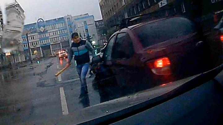 Агрессивный водитель «Тойоты» решил отомстить нарушителю и накинулся на него с битой