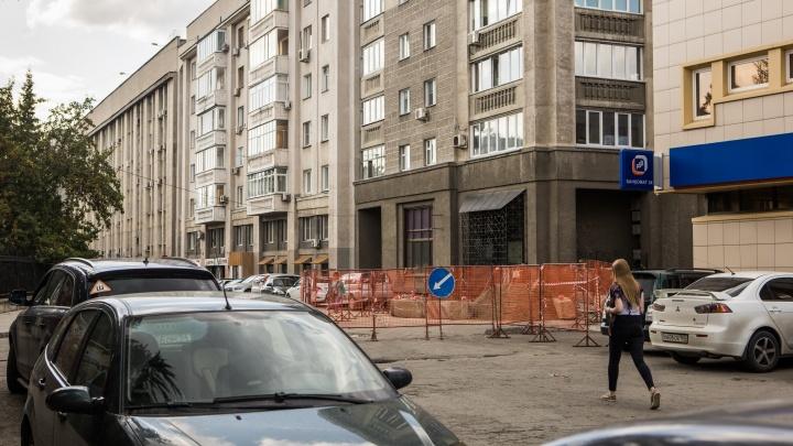 Коммунальщики раскопали дорогу рядом со служебным входом в мэрию