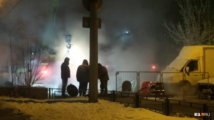 Энергетики за ночь отремонтировали трубу, из-за которой в центре Екатеринбурга не было тепла