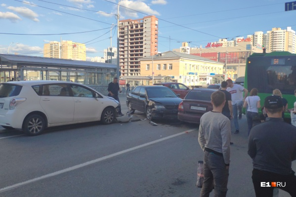 Авария с тремя машинами и автобусом