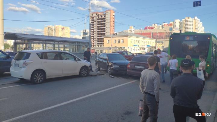 На Автовокзале столкнулись три машины и автобус. На месте скорая, МЧС и ГИБДД