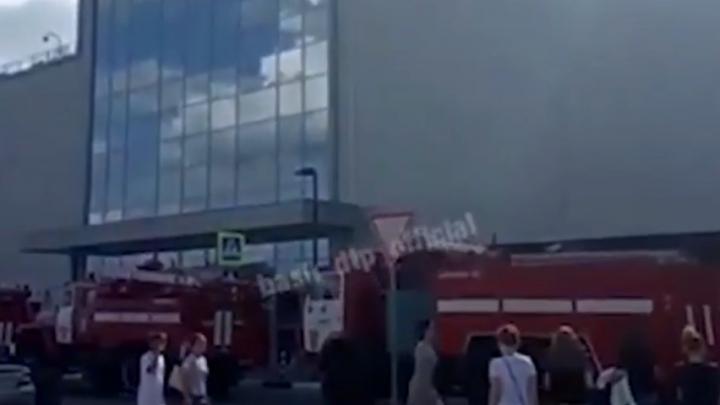 В Уфе очевидцы сняли на видео срочную эвакуацию из крупного торгово-развлекательного центра