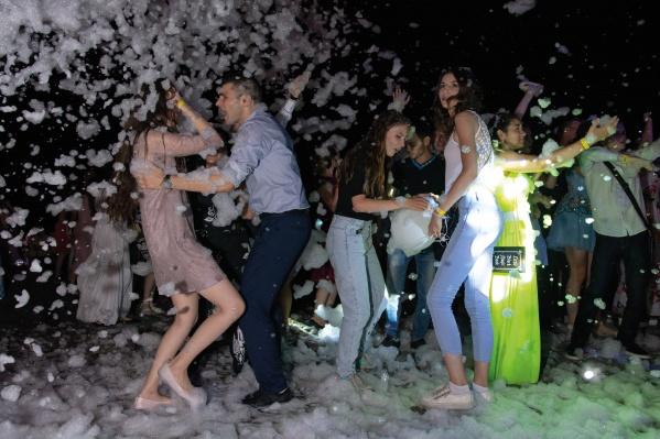 Выпускников ожидает пенная вечеринка