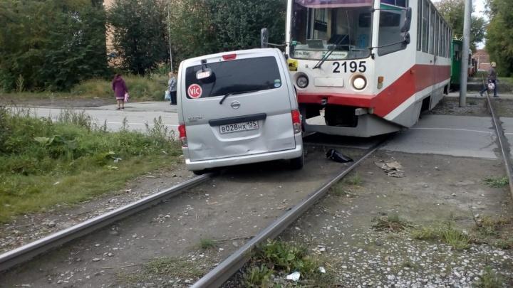 Трамвай № 16 протаранил выехавший на рельсы микроавтобус на Вертковской