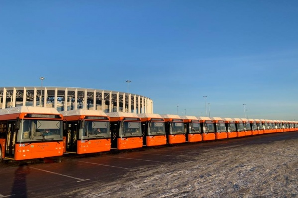 Новые автобусы встречали у новой достопримечательности Нижнего Новгорода — стадиона на Стрелке