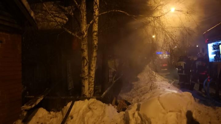 В ночном пожаре в тюменской деревне пострадали две школьницы и 72-летняя бабушка