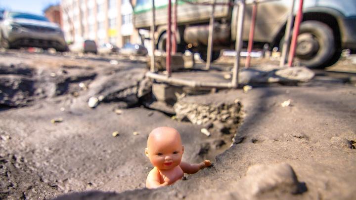 В Самаре на дорожные ямы начали ставить заплатки