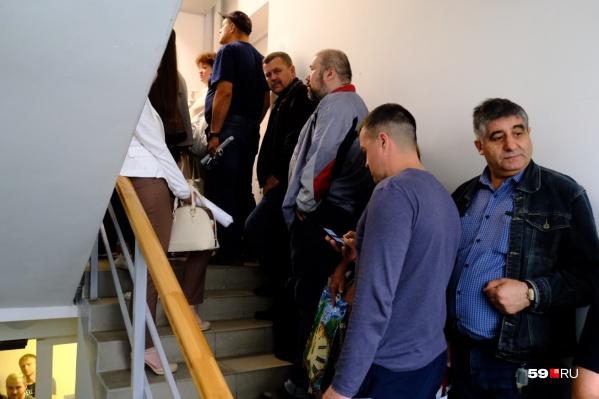 Такие очереди были в «Теплоэнерго» 19 августа: люди стояли даже на лестницах